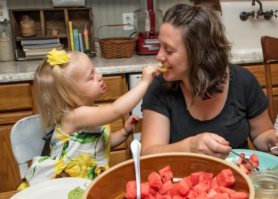 Child-feeding-mom-Nutrition