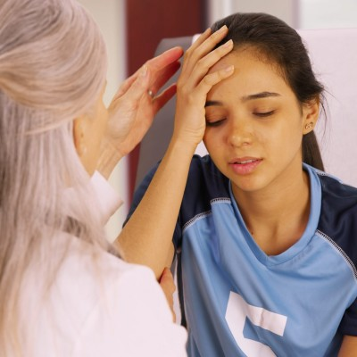 concussion patient with doctor